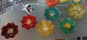 Foto: bunte Kerzenhalter in Lotusblütenform aus Capiz