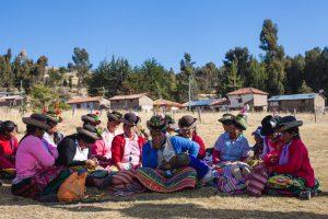 Hilos y Colores, Peru: Stickende Frauen, (c) Globo
