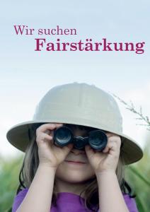 Mädchen mit hellem Tropenhelm auf dem Kopf und Fernglas vor den Augen, darüber der Text 'Wir suchen Fairstärkung'. Im hintergrund hellblauer Himmel und verschwommenes Gelände.