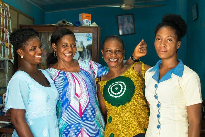 Foto: 4 lachende Näherinnen von Global Mamas, Ghana