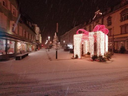 Foto: Lindenplatz in Offenburg mit weihnachtlicher Dekoration und leichter Schneedecke, morgens um 6 Uhr 19.