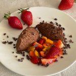 Mousse au Chocolat mit marinierten Erdbeeren